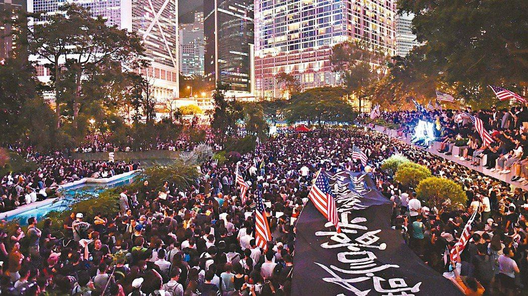 香港反送中示威者日前舉行聲援美國國會審議「香港人權與民主法案」集會。 (法新社)