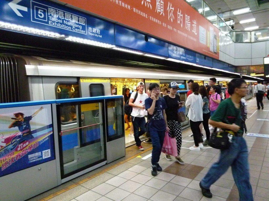 台北捷運公司拍攝的「OMG!搭捷運NG行為」影片,獲網友回響。 圖/聯合報系資料...