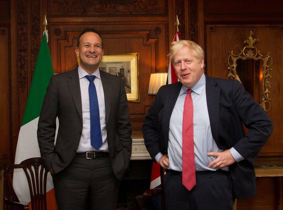 愛爾蘭總理瓦拉德卡(左)與英國首相強生(右)。 歐新社