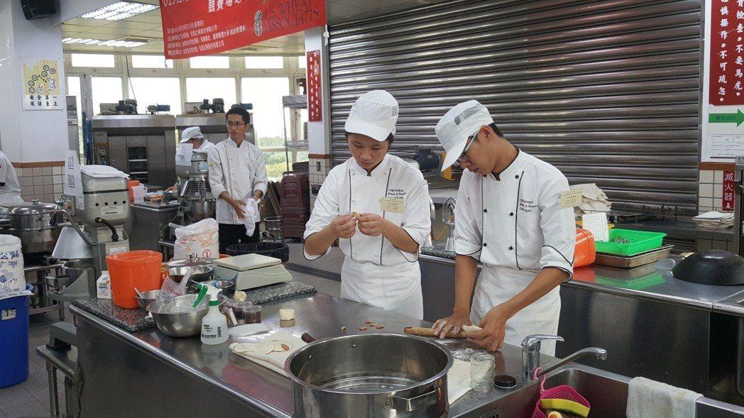 2019台灣盃中式發酵饅頭與花捲競賽各個選手卯足全力參賽。 嘉藥/提供
