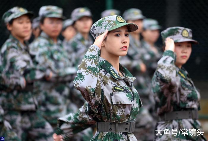 就算穿著軍服,在人群中仍然非常搶眼。圖擷自大魚號 常鏡頭