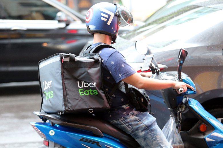 在台灣,機車普及性與任意性極高,外食供應業者眾多,再加上服務業低薪這三大因素,成為外送服務盛行的原因之一。 圖/聯合報系資料照