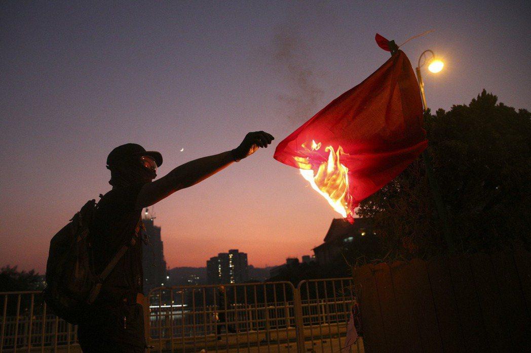 攝於10月1日,反送中抗爭者在中共國慶當日焚燒國旗以示抗議。 圖/歐新社