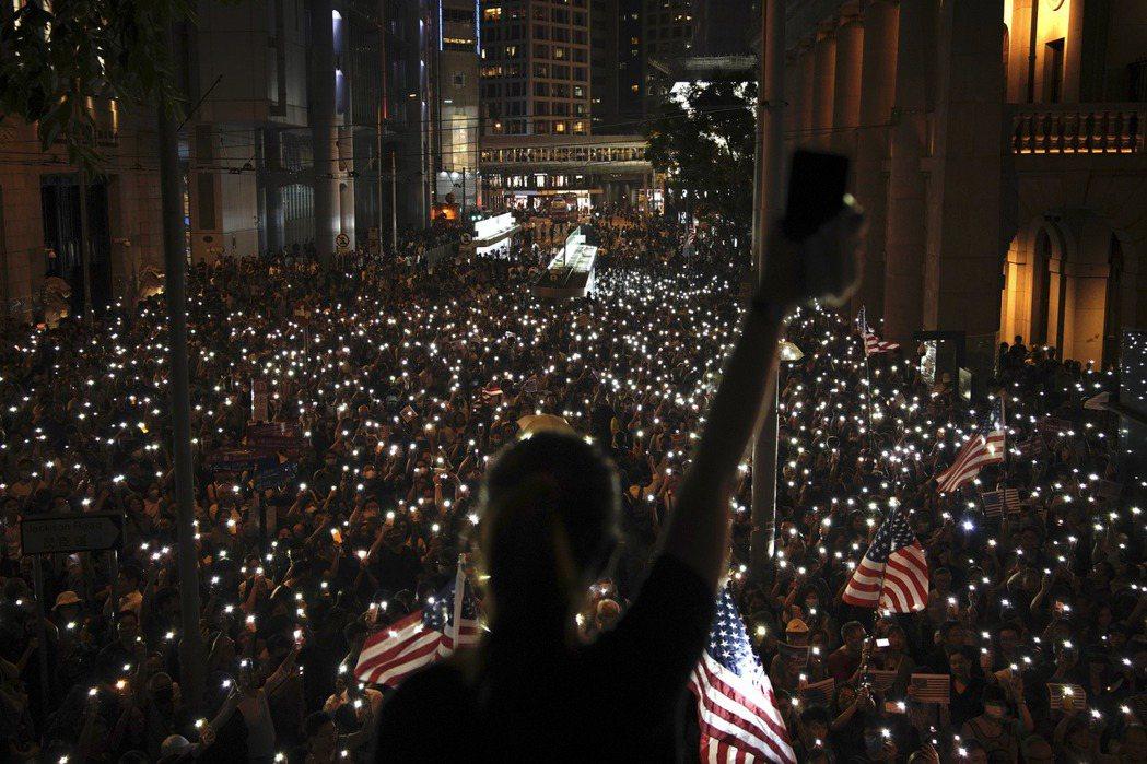 香港民眾10月14日於遮打花園舉辦「人權法案集氣大會」,力挺美國國會於15日表決的《香港人權及民主法案》。 圖/美聯社