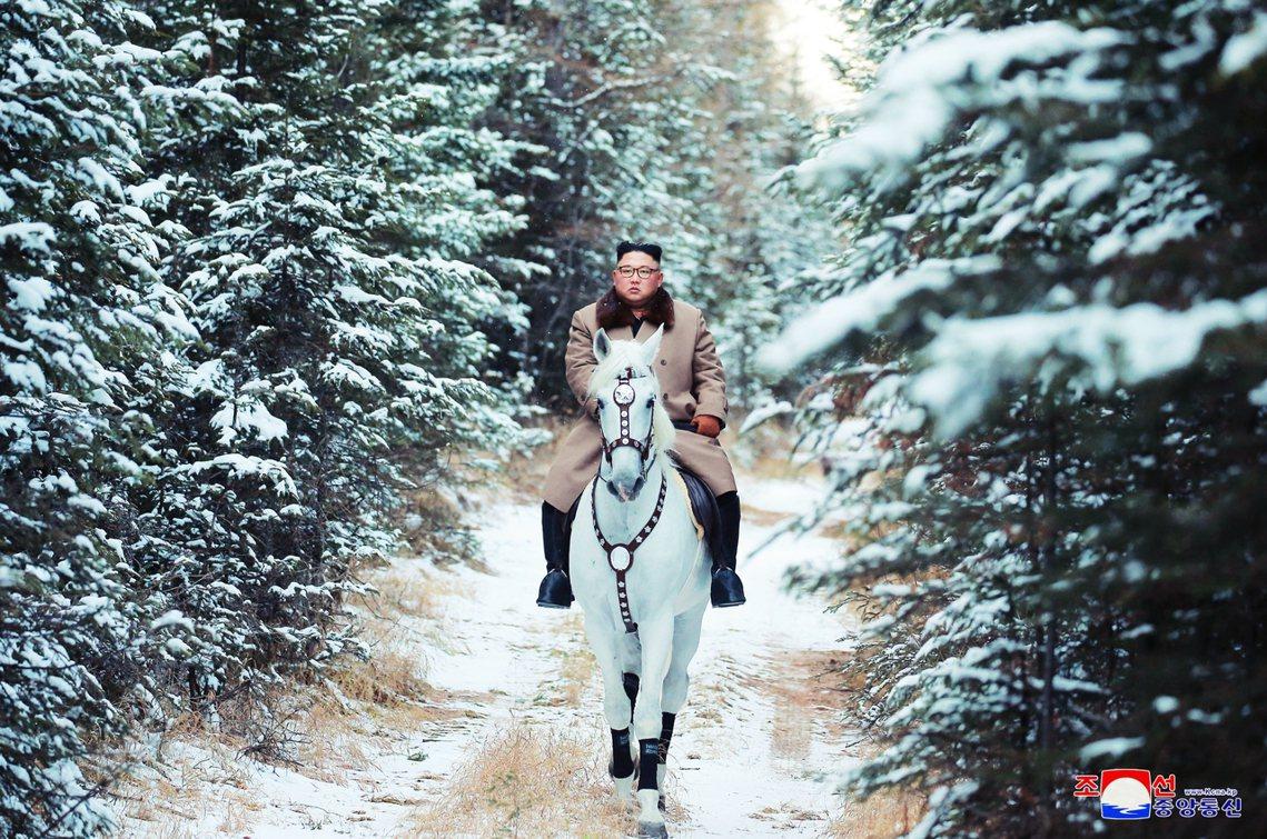一片白雪皚皚中,逍遙騎士金正恩一邊漫遊、一邊「以深切的情感回憶著建國偉大事業的艱...