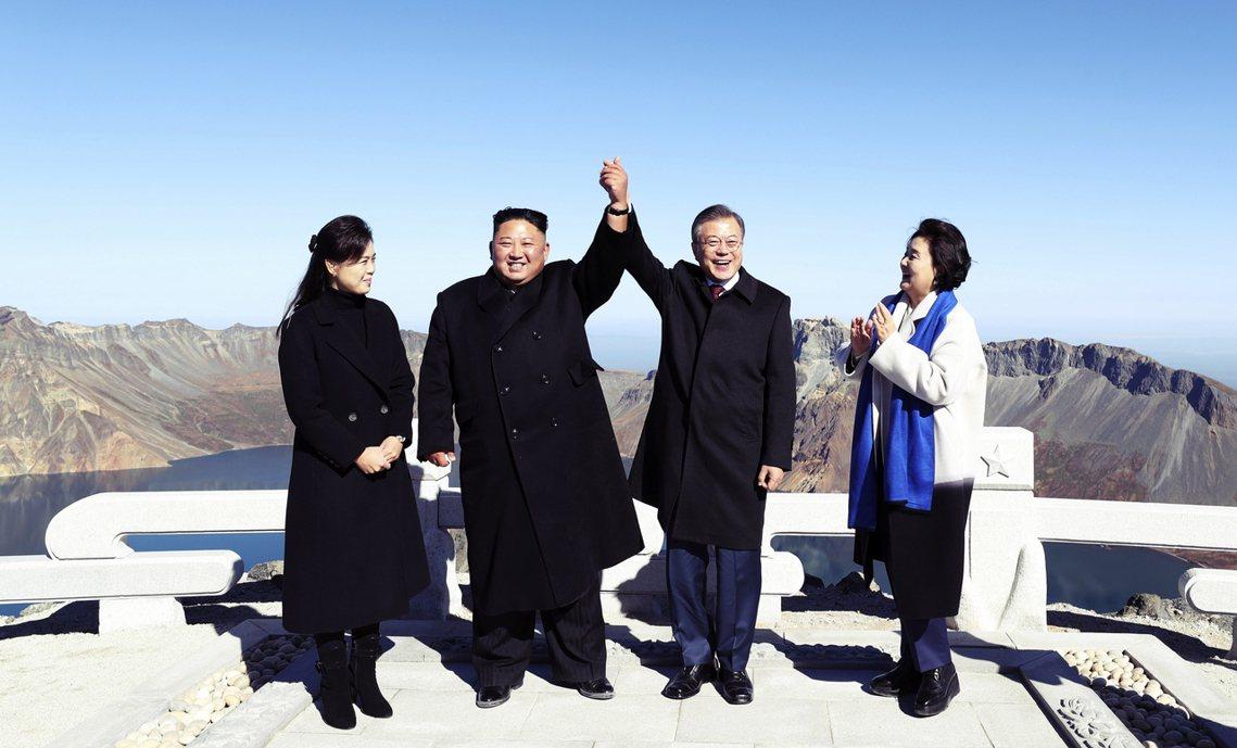 踏雪而來的金正恩,其實不是第一次登上白頭山。2018年9月,金正恩就帶著南韓總統...