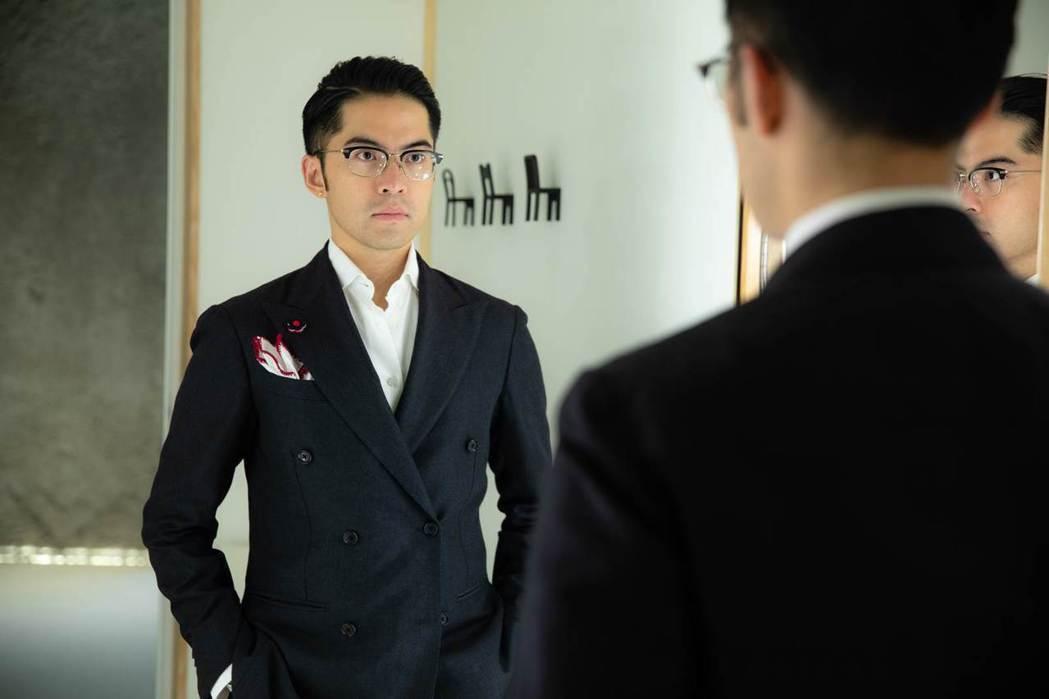 除了正式場合,宋文更將西裝融入日常生活的不同情境,個性化搭配。 (邱劍英攝)