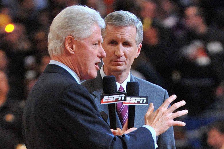 美國知名運動主播布林(右)的招牌Bang聲廣為球迷喜愛,他已成為NBA球賽轉播的...