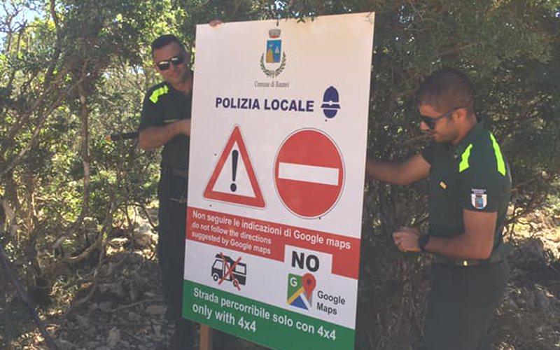 小鎮包內伊在各道路架設警告牌,拜託遊客別再依賴Google地圖。 圖擷自臉書「C...