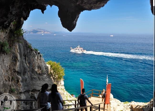 位於義大利薩丁尼亞島的小鎮包內伊,擁有絕美的海灘與蔚藍海岸。 圖擷自臉書「Com...