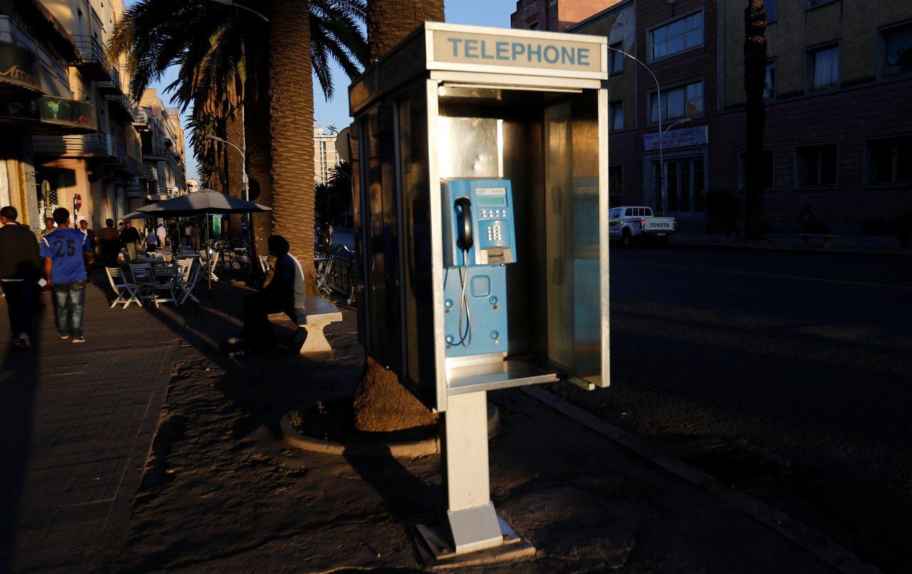 阿斯瑪拉市內的公用電話亭。 (路透)