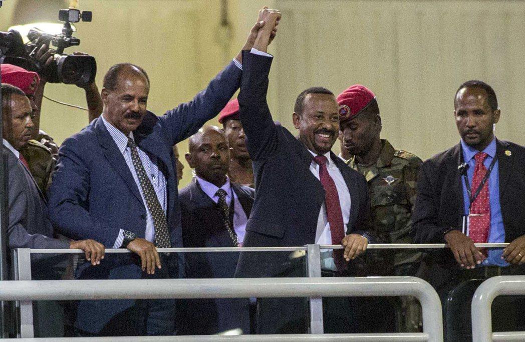 衣索比亞總理艾比伊(中)與厄利垂亞總統伊薩亞斯去年7月簽署共同宣言,結束20年來...