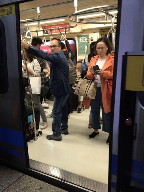 網友反映,有民眾會在車門關門前一秒,硬擠進爆滿車廂。圖非當事人。記者郭頤/攝影