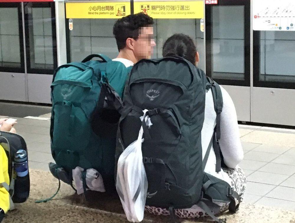 網友表示,「尖峰時間後背包碰來碰去」、「每天都被後背包攻擊」。圖非當事人。記者郭...
