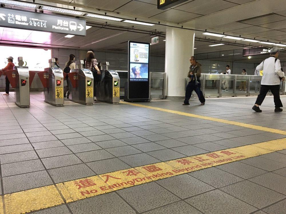 北捷為維持捷運系統整潔,民眾進入車站黃色禁食線後,均禁止飲食。記者郭頤/攝影