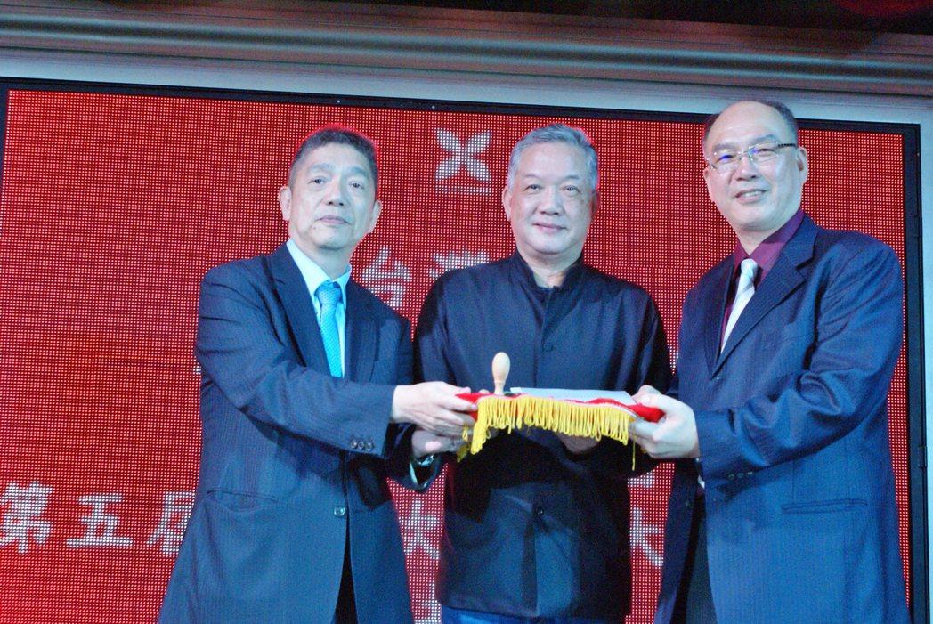 許文憲(右)出掌台灣區工具機暨零組件工業同業公會理事長,自上屆理事長嚴瑞雄手中接...