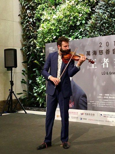 小提琴家葛林戈斯於記者會上帶來小提琴表演。(photo by 施凱文/台灣醒報)