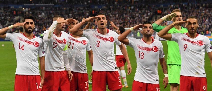 土耳其民族主義高漲,足球員行軍禮的行動引發各界撻伐。(Photo by影片截圖)