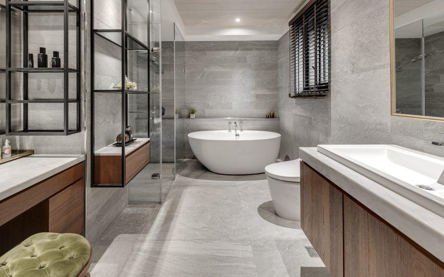 (圖)主臥衛浴選擇舒緩雙眼的石紋磚鋪底,以或正方或長條的矩形拼接,使之柔和並潛藏...