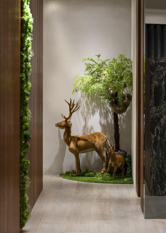 (圖)以設計師營造的綠意氛圍為基底,恰好提供屋主一座置入式情境,擺設各式動物造型...