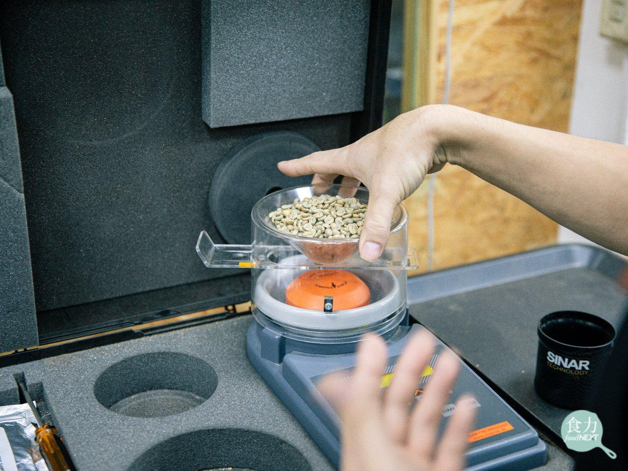 接著,生豆會用機器再檢測含水率、密度等數值,確認生豆品質,也作為決定後續烘焙時間...