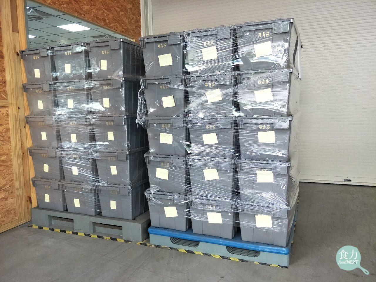 路易莎烘豆廠外擺放著幾十箱不符合採購標準、要退貨給生豆供應商的咖啡生豆。