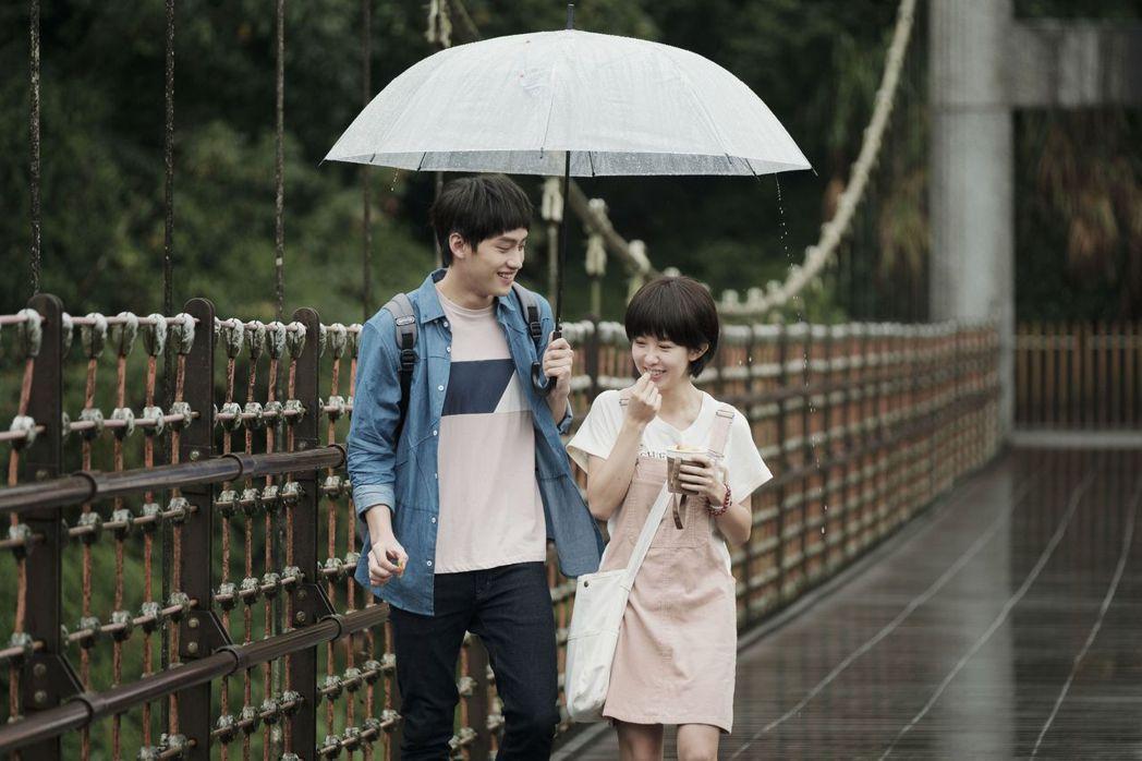 郭書瑤(右)與范少勳在「通靈少女2」中有許多親密戲。圖/公視提供