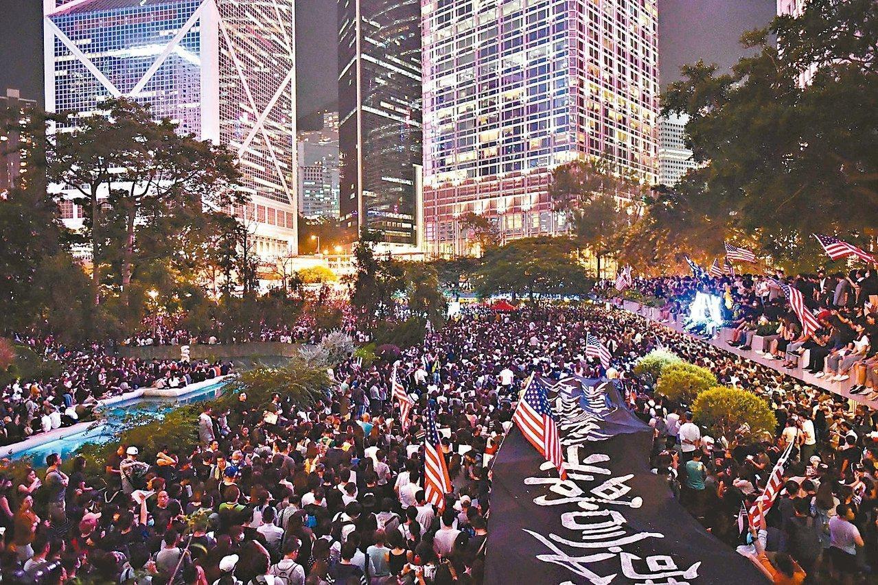 香港反送中示威者在中環遮打花園,舉行聲援美國國會審議「香港人權與民主法案」集會。...