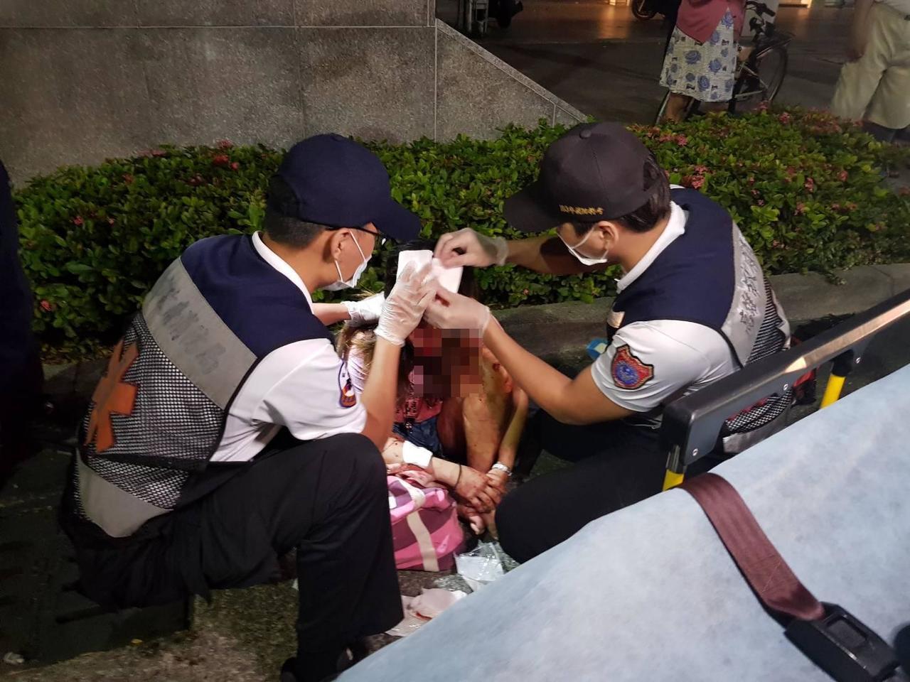 救護人員正為受傷的陳姓女子裹傷。圖/讀者提供