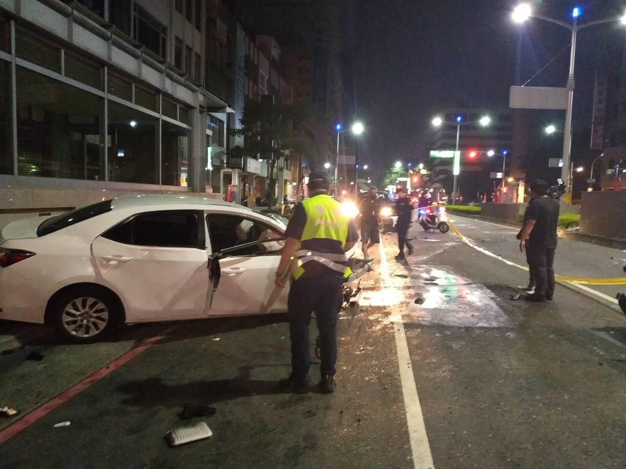 1輛轎車今天凌晨衝撞高雄捷運站體,警方正勘查車禍發生原因。圖/讀者提供