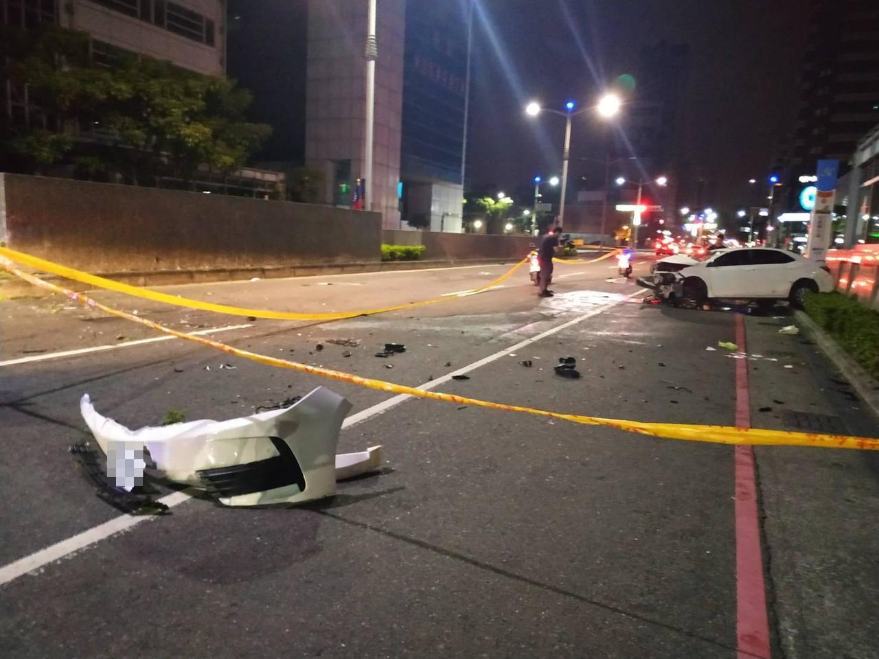 1輛轎車今天凌晨衝撞高雄捷運站體,保險桿掉落。圖/讀者提供
