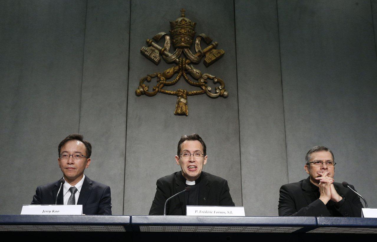 左起酷碁科技董事長高樹國、教宗全球祈禱網絡全球事務總負責人Fr. Frédéri...