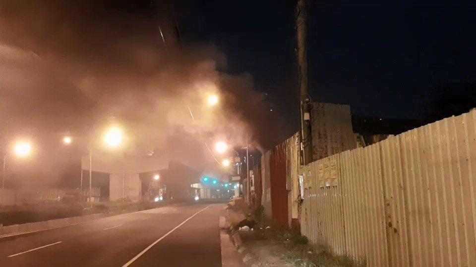 高雄市環保局查獲非法露天燃燒廢棄物行為,產生濃煙及刺鼻味道,以違反空汙法告發。圖...