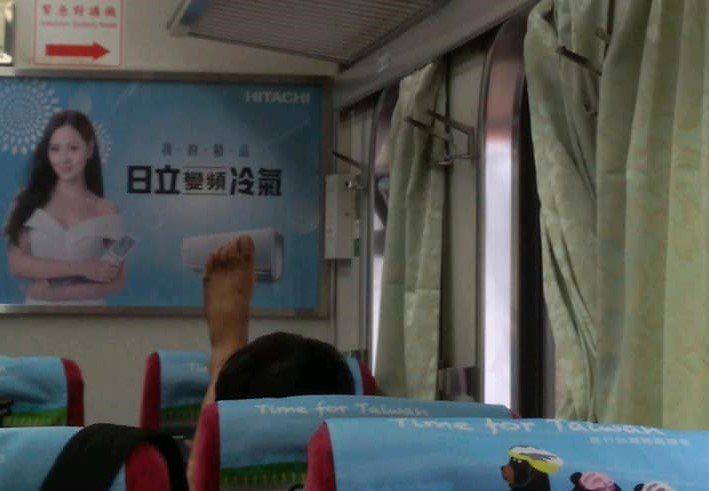 自強號第四車廂內有一名男乘客把腳Y子跨在前座的椅背上,當時車內很多人,聞到腳臭味...