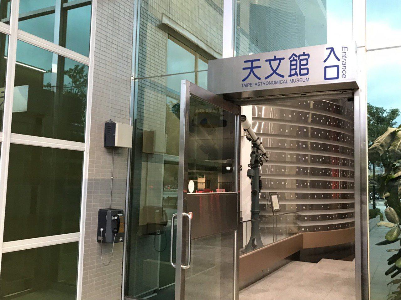 台北市立天文科學教育館有插卡式的公共電話,民眾要買電話卡才能使用。記者馮靖惠/攝...