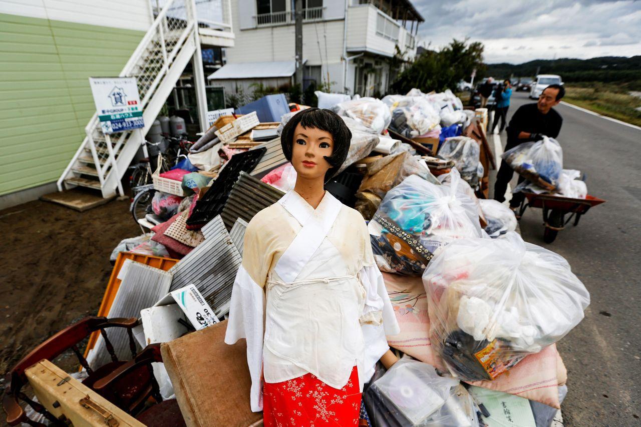 災情最重的福島縣郡山市15日仍在清理善後。路透