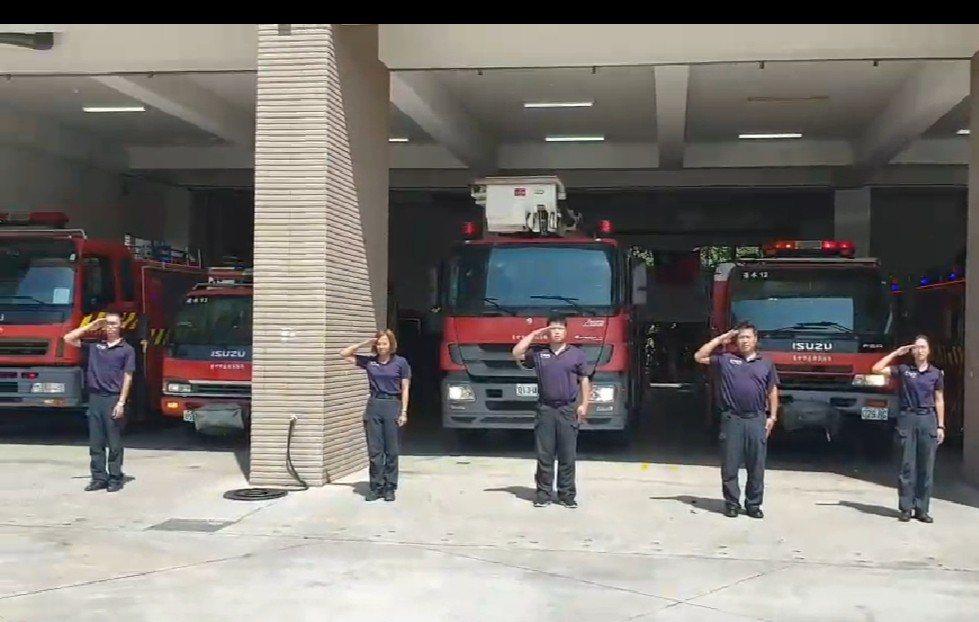台中市消防局各消防分隊的消防車,昨天齊鳴笛,消防隊員敬禮,哀悼二名殉職消防隊員。...