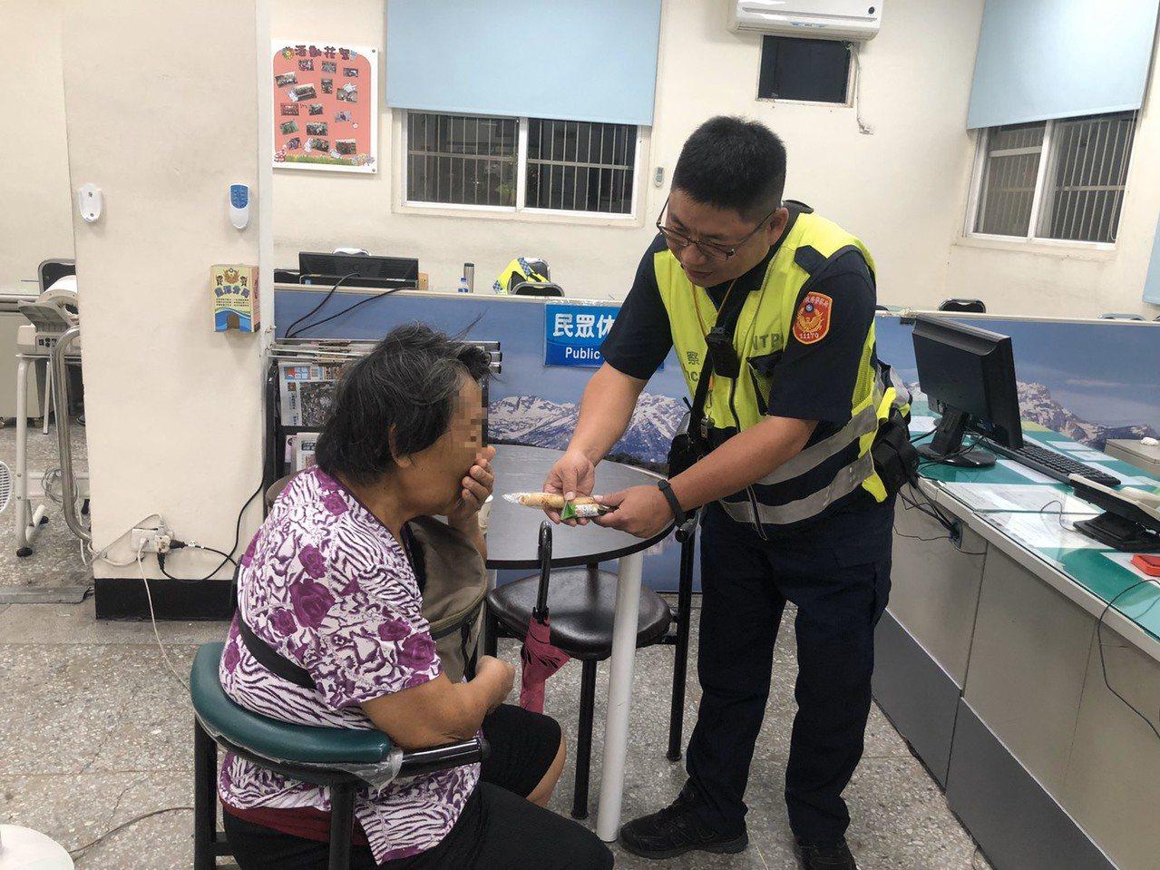 68歲陳姓老婦因思念亡夫,獨自在超商顧客休息區哭泣,警獲報將她帶返警局安撫情緒,...