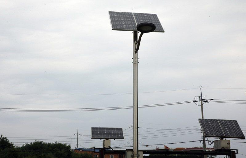 新萬金馬路上的太陽能板。記者鄭超文/攝影