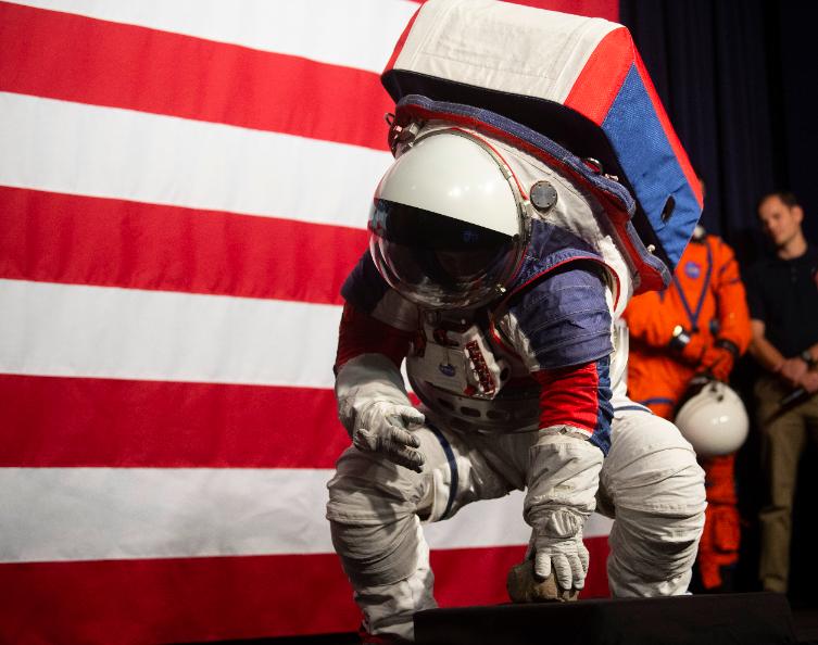 美國國家航空暨太空總署(NASA)15日公布新款太空衣,比舊款更有延展性,圖為N...