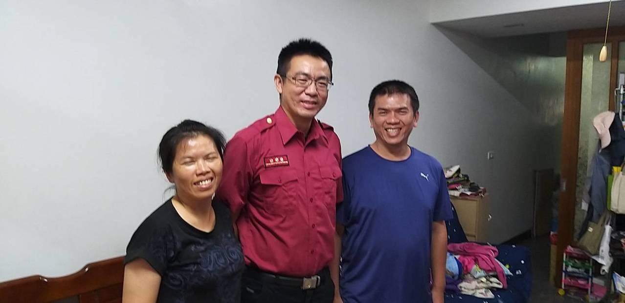 杜姓婦人和先生,感謝救護技術員柯甫龍(中)救了弟弟寶貴一命。記者黃宣翰/翻攝