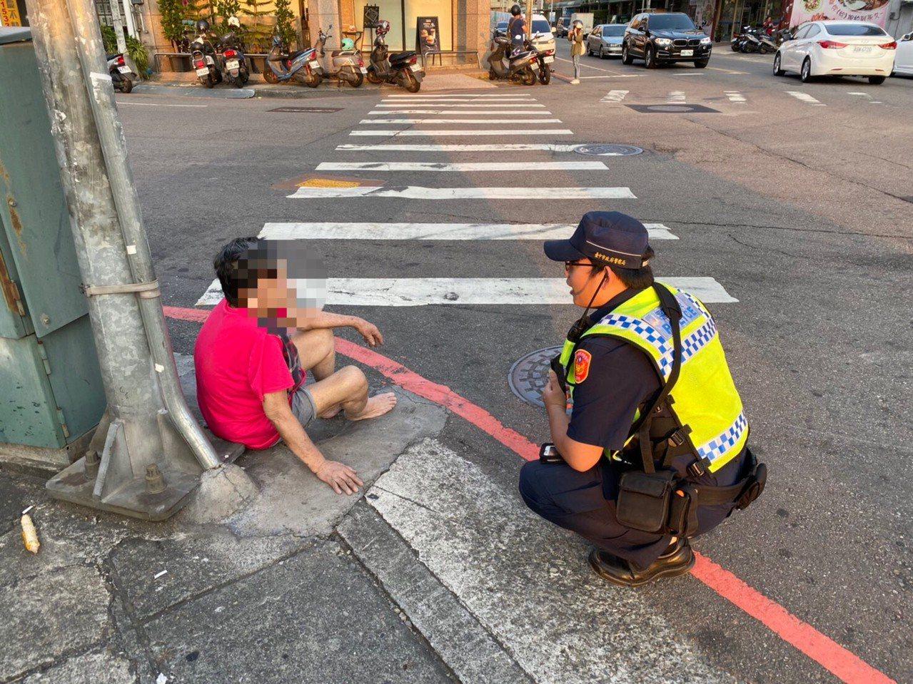台中市第三警分局東區所警員13日下午尋獲被通報失聯的劉姓老嬤,當時她赤腳坐在東區...