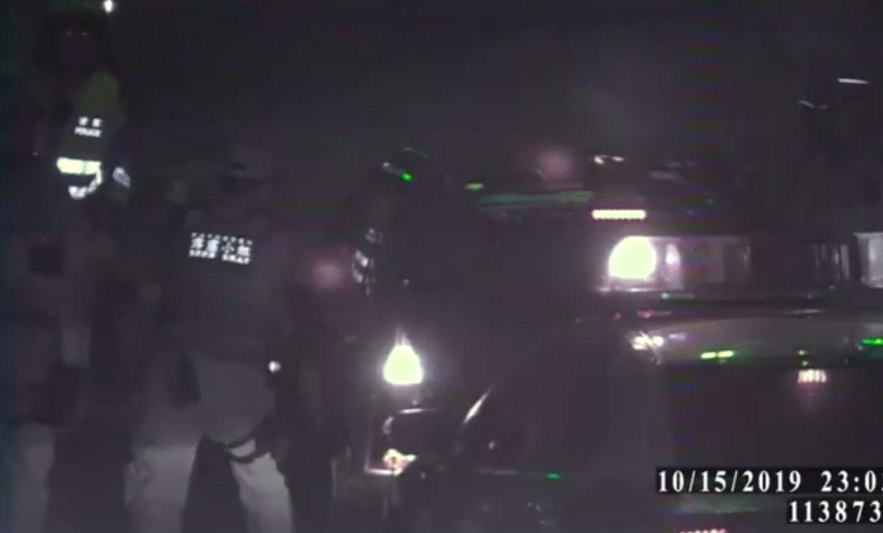 員警對休旅車輪胎連開4槍,最後仍被衝撞逃逸。記者林昭彰/翻攝