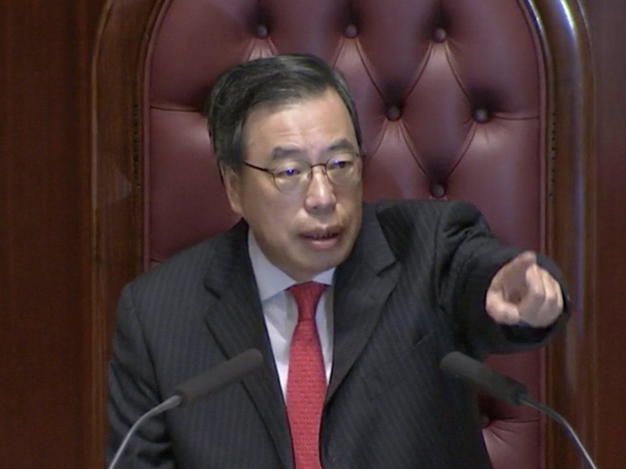 立法會主席梁君彥宣布暫停會議。取自香港電台