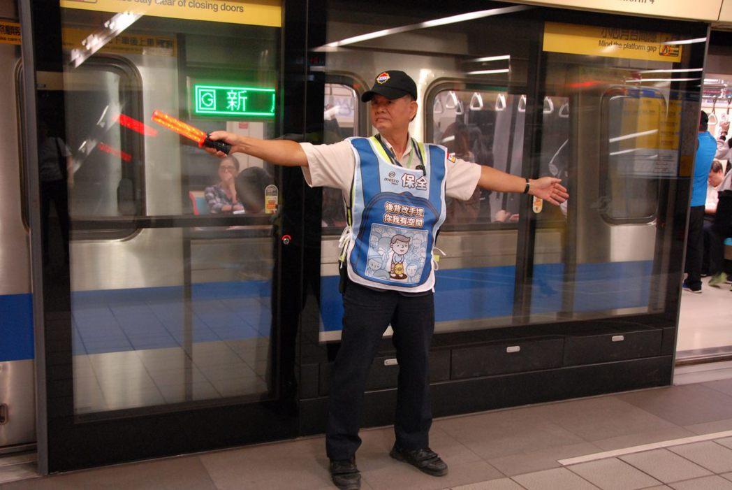 除了在車站以「視覺」及「聽覺」大力宣導外,台北捷運也精心自製影片,在台北捷運FB...
