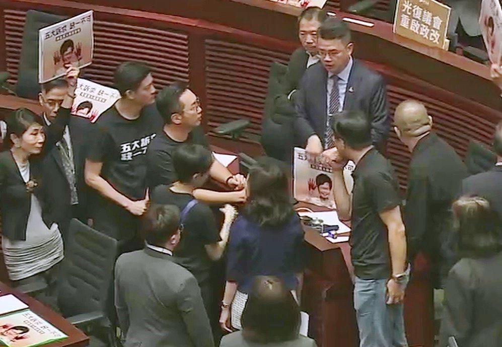 會議遭宣布暫停。圖/取自香港有線新聞。