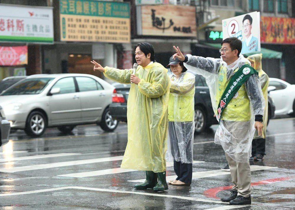 賴清德(左)在台南立委補選期間幾乎天天陪郭國文(右)掃街拜票,比自己過去選舉還認...