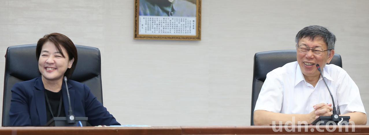 台北市長柯文哲(右)上午正式介紹市議員黃珊珊(左)加入市府團隊,擔任台北市副市長...