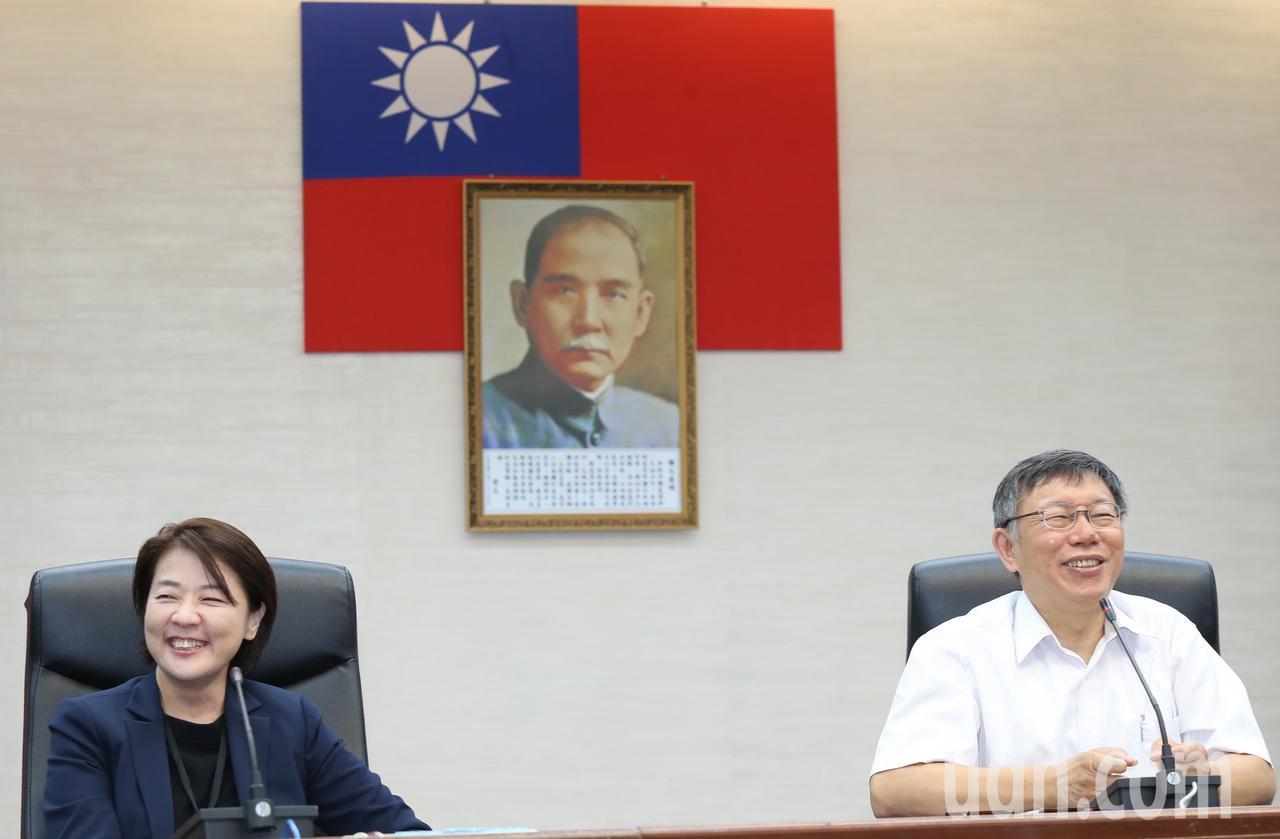 台北市長柯文哲(右)上午正式介紹市議員黃珊珊加入市府團隊,擔任台北市副市長。記者...