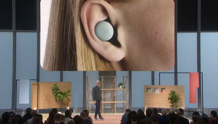 Pixel Buds採用入耳式設計,配戴時看起來不突兀又穩固。圖/摘自發表會